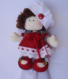 Boneca porta pano de prato confeccionada em americano cru e tricoline 100% algodão de estampas delicadas variadas, com enchimento de fibra siliconizada antialérgica. <br>Ideal para decorar a sua casa/cozinha! <br>Produto 100% artesanal, peça exclusiva, lavável. <br>A boneca tem aproximadamente 30 cm. <br>Cabelo em lã, lisa. Acabamento com laçarotes de fita de cetim, flores em feltro, botão artesanal e tira bordada. <br>Pano de prato em sacaria com barrado também em tricoline 100% algodão…
