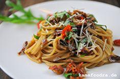 Pasta mit karamellisierten roten Balsamico-Zwiebeln und Rucola