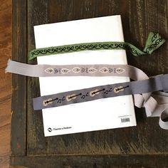 いいね!117件、コメント1件 ― annas/アンナスさん(@annastwutea)のInstagramアカウント: 「『ワードローブを彩るannasの刺繍教室』高橋書店 の中から、リボンに刺繍。 今回は、グログランテープに刺繍していますが、綿やリネンのテープにも刺繍できます。…」