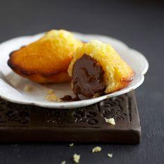 Découvrez la recette Madeleines fourrées au chocolat sur cuisineactuelle.fr.