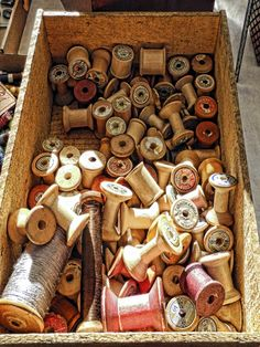 Thread Spools.....great picture to print and frame for a sewing room Vintage Sewing Notions, Vintage Sewing Machines, Coraline Aesthetic, Sewing Box, Sewing Tools, Spool Crafts, Sewing Crafts, Thread Spools, Needle And Thread