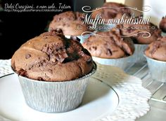 Muffin morbidissimi al doppio cioccolato, facili e veloci da preparare, golosi e deliziosi, ideali anche per andare a comporre un buffet o un compleanno ...