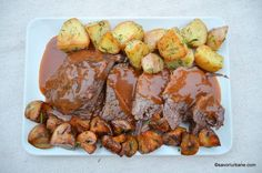Smothered roast beef with wine sauce, tomatoes and baked vegetables Baked Vegetables, Romanian Food, Wine Sauce, Cordon Bleu, Roast Beef, Chicken Wings, Food And Drink, Potatoes, Meat
