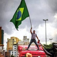 Caminhoneiros param o Brasil e prometem manter a greve até que Dilma renuncie