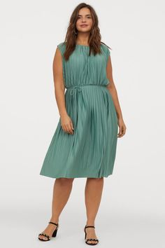 Sleeveless knee-length dress in pleated jersey with a sheen. Round neckline V-shaped opening at back with decorative bar-shaped bead at back of neck and elasticized seam with removable tie belt at waist. Fashion Company, Plus Size Fashion, Personal Style, Shirt Dress, Style Inspiration, Summer Dresses, Outfit, Casual, Clothes