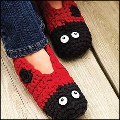 Ladybug Slippers pattern by Marly Bird – Deanna Van Horn Ladybug Slippers pattern by Marly Bird Ladybug slippers @ Ravelry I might have to make these to wear at work in the winter…. Crochet Crafts, Crochet Projects, Free Crochet, Knit Crochet, Loom Knitting, Knitting Patterns, Crochet Patterns, Knitted Slippers, Crochet Slippers