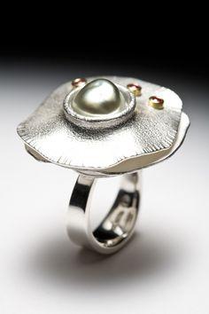 Lynn Légaré Joaillière / Bague - argent sterling, or 18 carats, rubis, perle keshi / Titre: Feux ardents