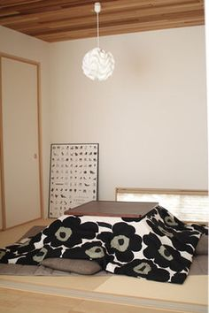 Finnish Unikko (poppy) fabric in a Japanese house Sleeping Couch, Minimal Apartment, Studio Apartment, Tatami Room, Asian Home Decor, Japanese House, Japanese Style, Marimekko, Home Decor Inspiration
