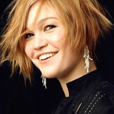 : Hair Style: Hair cut for round face, chubby cheeks, pear shaped face Rosales Sánchez DelReal Bob Haircut For Round Face, Round Face Haircuts, Short Bob Haircuts, Short Haircut, Julia Stiles, Pear Shaped Face, Bobs For Round Faces, Chubby Cheeks, Mi Long