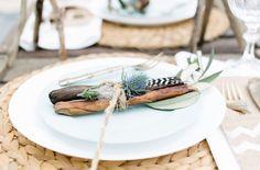 Inspiration für eine Boho Hochzeit am Strand mit Kupfer,  Holzkisten und Federn (www.noni-mode.de - Foto: Sandra Hützen)