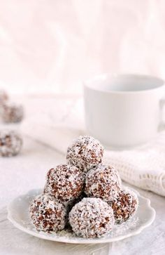 Egészséges kókuszgolyó reggelire Healthy coconut energy balls for breakfast Raw Desserts, Paleo Dessert, Sweet Desserts, Dessert Recipes, Healthy Cake, Healthy Cookies, Healthy Desserts, Healthy Recipes, Coconut Energy Balls