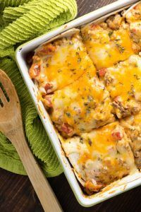 Who wants a heaping slice of this taco lasagna? This taco casserole recipe just uses a handful of ingredients and it& a huge hit with the family! This taco casserole makes Ww Recipes, Mexican Food Recipes, Dinner Recipes, Cooking Recipes, Healthy Recipes, Delicious Recipes, Mexican Dishes, Mexican Desserts, Barbecue
