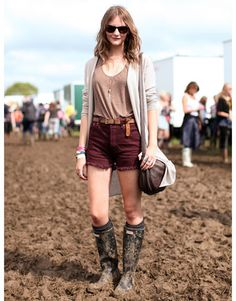 Glastonbury Fashion : This showgoer nailed the perfect earth-toned color palette with her layers. Read more: Glastonbury Music Festival Fashion Pictures – Style Pictures from Glastonbury - Harper's BAZAAR Festival Chic, Music Festival Fashion, Festival Looks, Festival Outfits, Fashion Music, Fashion Fashion, Festival Gear, Fashion Glamour, Fashion Women