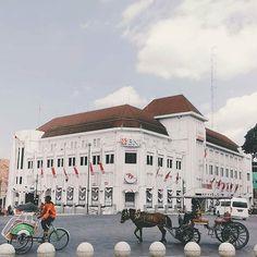 MALIOBORO merupakan salah satu jalan paling populer di Yogya. Selain berada di jantung kota Malioboro menjadi cukup dikenal karena cerita sejarah yang menyertainya. Keberadaan Malioboro sering pula dikaitkan dengan tiga tempat sakral di Yogya yakni Gunung Merapi Kraton dan Pantai Selatan.  Jalan Malioboro juga memiliki peran penting dalam perjuangan kemerdekaan Indonesia. Di sisi selatan Jalan Malioboro pernah terjadi pertempuran sengit antara pejuang tanah air melawan pasukan kolonial…
