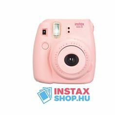 Egyszerűen kezelhető, keresővel és beépített vakuval ellátott fiatalos Instax fényképezőgép.