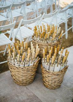 La ceremonia al aire libre. Sombrilla de papel.   Boda mediterránea en la Torre…