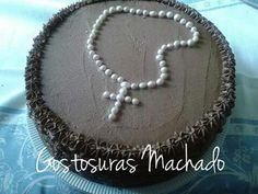 Bolo de chocolate com recheio de chocolate e morango cobertura de chantilly, decoração com pérolas comestíveis para celebração da primeira eucaristia