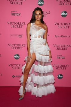 Joining Candice on the red (pink) carpet was Gizele Oliveira, who stepped out in a stunning Aadnevik dress with tiers. British Fashion Awards, Elie Saab Couture, Poppy Delevingne, Perrie Edwards, Priyanka Chopra, New York Fashion, Dress Break, Victoria Models, Gizele Oliveira