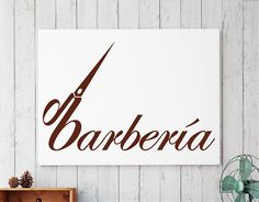 Rótulo adhesivo fabricado en vinilo de alta calidad para decorar barberías. EL diseño, de corte clásico, juega con una tipografía de estilo manual,inclinada y presidida por unas tijeras de las que se aprovechan sus formas para formar la primera palabra del texto....