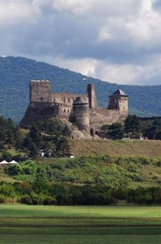Itt még a kisebb magasságok is szédítően hatnak az emberre. Castle Ruins, Medieval Castle, Beautiful Castles, Beautiful Places, Places Around The World, Around The Worlds, Hungary Travel, Heart Of Europe, Central Europe
