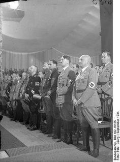 Der Reichsparteitag der NSDAP in Nürnberg 1934.  Die Eröffnung des Parteikongresses in der Luitpoldhalle.  Von rechts nach links: Frankenführer Julius Streicher, der Führer Reichskanzler Adolf Hitler, Rudolf Hess, Stabschef Lutze und Reichsführer SS Himmler während der Eröffnungsfeier.