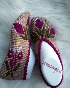 Görüntünün olası içeriği: ayakkabılar Crochet Baby Boots, Crochet Hats, Tunisian Crochet Stitches, Moda Emo, Knit Shoes, Baby Knitting Patterns, Espadrilles, Slippers, Crafts