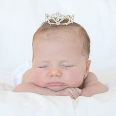 Mini tiara diamantes para bebé.  Preciosa corona tiara de imitación de brillantes para sacr unas fotos muy especiales a tu recién nacido o bebé. Diámetro: 5 cm/ Altura: 2.8 cm. 19,90 €