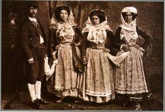 Αγρότες από τη Μέση Κέρκυρα με τις γιορτινές φορεσιές τους. Αρχές 20ού αι.