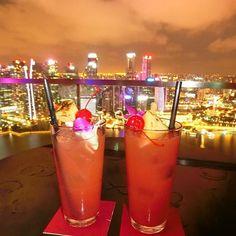Instagram【yukari_kenchan】さんの写真をピンしています。 《singapore sling🍸✨ #marinabaysands #bar #celavi #celavi #singapore #singaporesling #best #シンガポール #🍸 #night #enjoy #nightview #beautiful #マリーナベイサンズ #セラヴィ #最上階 #海外旅行 #シンガポールスリング #夜景 #最高 #幸せ #満喫中 #マリーナベイサンズからの夜景》