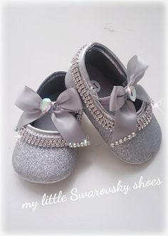Mothercare Brand Ballerinas Color: 👑 Dorado 👑 Silver Adorned with rhinestones. Bb Shoes, Bling Shoes, Fancy Shoes, Doll Shoes, Cute Baby Shoes, Baby Girl Shoes, Baby Girls, Baby Girl Fashion, Kids Fashion