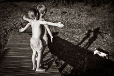 garçons-debout-ponton-bois