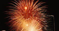 Como descartar fogos de artifício. Os fogos de artifício adicionam uma explosão de cor e emoção às celebrações, mas também podem ser muito perigosos. Eles contêm material altamente combustível e há risco de queimaduras e explosões descontroladas. As precauções de segurança com os fogos não terminam com o show — o descarte adequado é uma parte importante. Alguns departamentos de ...