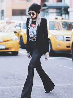 Look all black / t-shirt estampada / gorro / flare preto / blazer