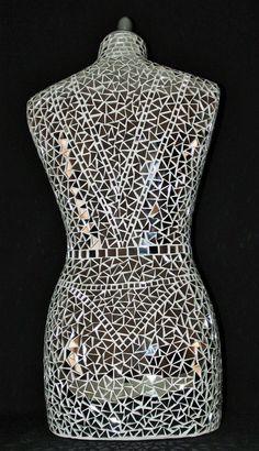Busto de una mujer cubierta con un mosaico de claro espejo de plata Materiales utilizados: mosaico, poliestireno  Busto de maniquí de alta costura sublime mujer cubierta con un mosaico de espejo de plata claro. Este busto de mosaico de espejo hermoso será muy iluminación con estos pequeño pedazo de espejo. Cada pequeño trozo de espejo es mano corte cristal cortó luego pega uno por uno. Pieza única de decoración para interiores. Sello blanco. Tiempo de realización de más de 35 años