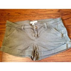 Olive Green Hollister Shorts I love these shorts, they make your butt look great:) They are in great condition, just some creases from being folded away for a while. Perfect for spring into summer☀️ Hollister Shorts
