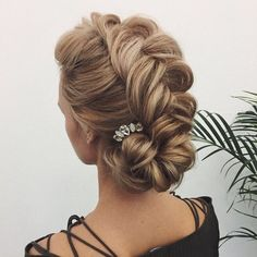 Whether a classic chignon, textured updo or a chic wedding updo with a beautiful details. These wedding updos are perfect for any bride looking for a unique wedding hairstyles. Summer Wedding Hairstyles, Romantic Hairstyles, Formal Hairstyles, Bride Hairstyles, Headband Hairstyles, Hairstyle Ideas, Elegant Wedding Hair, Wedding Updo, Chic Wedding
