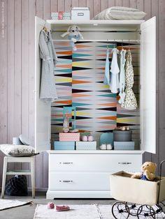 De binnenkant van je kast kun je eenvoudig versieren met behang, het geeft een heel leuk effect!! DIYKast #Kwantum #Verf #Behang