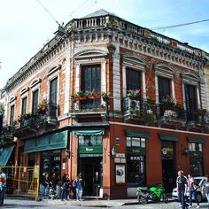 El Café Plaza Dorrego, un típico rincón de San Telmo. Un pedacito de Buenos Aires muy pintoresco y con muchas historias para contar! #buenosaires #rincon #historia #pedacito #cafe #bar #plaza #dorrego #santelmo #adoquines #barrio #pintoresco #mirandabosch