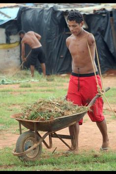 armless man pushes wheelbarrow with rope over shoulders Makes you think twice about complaining. We Are The World, People Around The World, Mundo Cruel, La Ilaha Illallah, Faith In Humanity, Wheelbarrow, Good People, Amazing People, Inspiring People