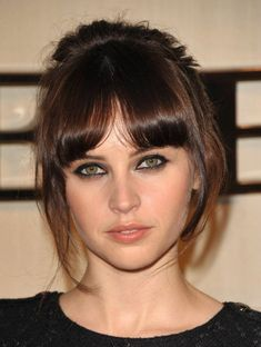 Felicity Jones Smoky Eyes - Felicity Jones wore lots of smudged black liner to create some serious drama at the Burberry Body launch. Felicity Rose Hadley Jones, Felicity Jones Hair, Hair Day, New Hair, Hairstyles With Bangs, Cool Hairstyles, Eye Color, Hair Colour, Dark Hair