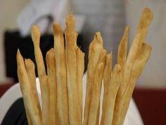 Aprende a preparar esta receta de Grisines al aceite de oliva, por Dolli Irigoyen - Osvaldo Gross en elgourmet Bread Recipes, Cooking Recipes, Food Decoration, Canapes, Scones, Crackers, Dried Fruit, Asparagus, Bakery