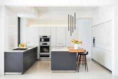 Trend wei grau zweifarbiges Gestaltungskonzept durchbrechen bunte Schnittblumen Obstschale
