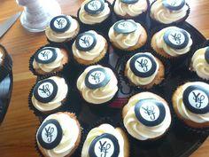 #Amandel #cupcakes met #logo schildje