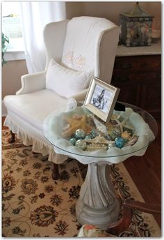 A display side table made out of a birdbath and glass top! I wish I could figure out somewhere to put this in my house.