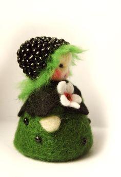 Blumenkind Brombeere von Zauberland auf DaWanda.com Waldorf Crafts, Waldorf Dolls, Wool Dolls, Felt Dolls, Wet Felting, Needle Felting, Felt Fairy, Felt Mouse, Felting Tutorials