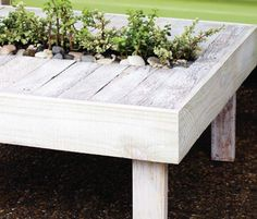 Garden Pallet Table - with planter section in the middle - perfect for succulents or herbs or mosquito repellent plants #GardenPallets