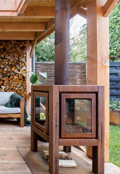 Door de raampjes kun je het vuur mooi zien. | Because of the windows you can see the fire #fireplace #openhaard #vuur | Eigen Huis en Tuin Outdoor Pergola, Wooden Pergola, Outdoor Fire, Outdoor Living, Tyni House, Outside Fireplace, Patio Deck Designs, Outdoor Stove, Pallet Patio Furniture