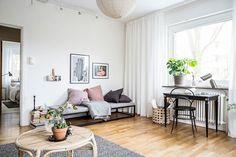 Ljusa väggar och ekparkett blir en diskret bas att inreda efter. Mariebergsgatan 13B - Bjurfors