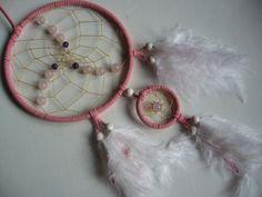 Mädchentraumfänger in rosa mit Rosenquarz von Dreamcatcher calidad - buena suerte - piedras de la suerte! auf DaWanda.com