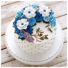 Repost ivenoven What a lovely monday here in the kitchen. The noise, shout and laugh. The fragrant of the freshly baked cakes fill the room. Have a nice week everyone! Bolo Floral, Floral Cake, Cake Decorating For Beginners, Cake Decorating Techniques, Beautiful Cakes, Amazing Cakes, Bithday Cake, Cake Birthday, Strawberry Decorations